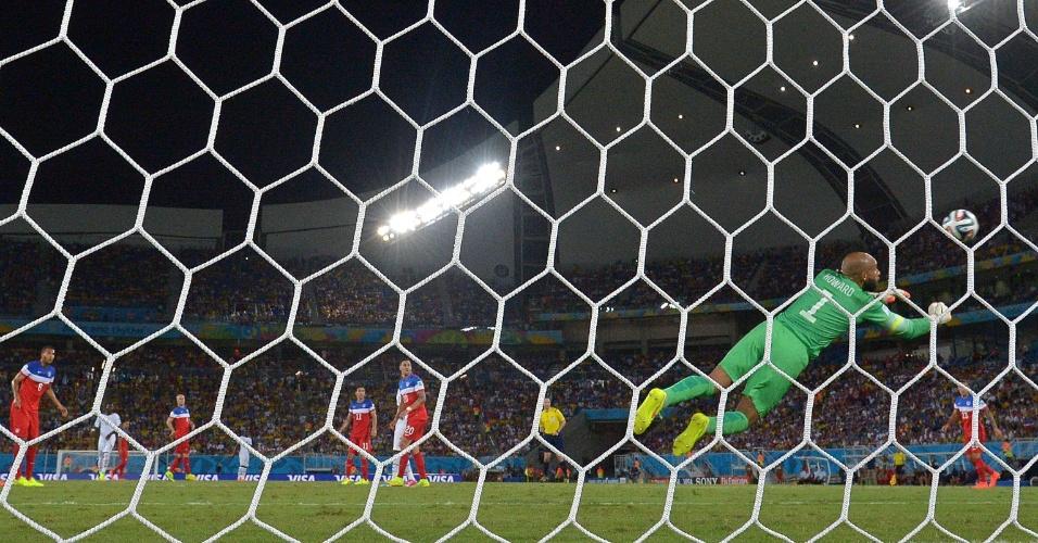 16.jun.2014 - Goleiro americano Tim Howard se estica para fazer defesa na partida contra Gana, na Arena das Dunas