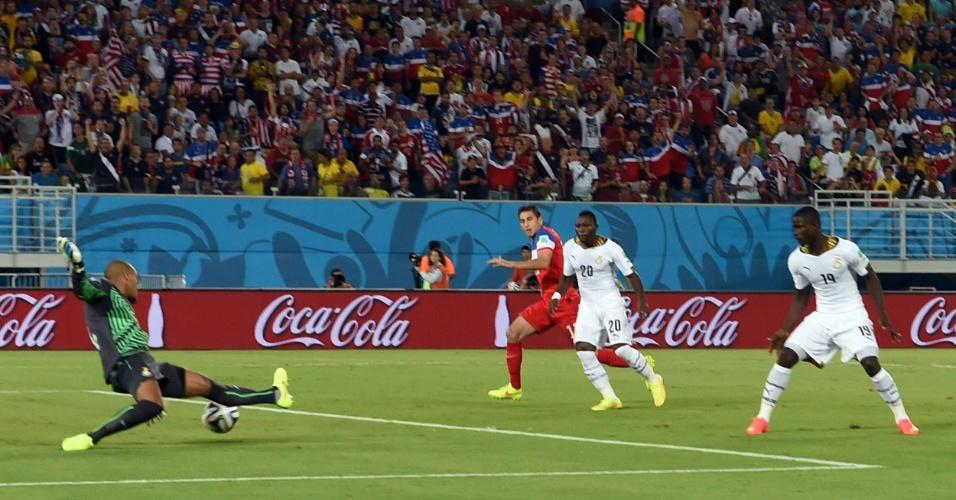 16.jun.2014 - Goleiro Kwarasey tenta, mas não impede que os EUA fiquem na frente do placar contra Gana com menos de 30 segundos de jogo