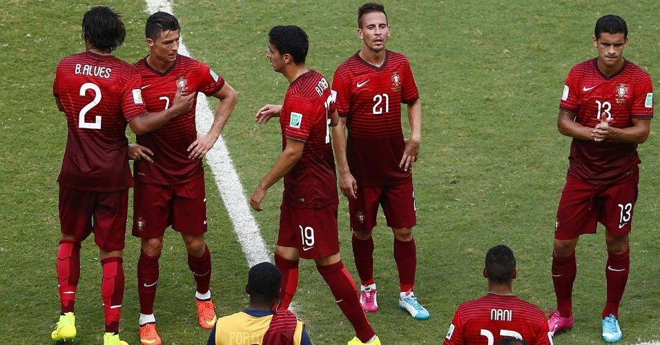 Jogadores de Portugal ficam cabisbaixos após goleada de 4 a 0 para a Alemanha