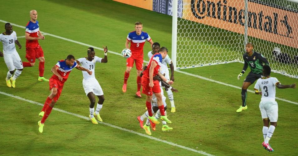 16.jun.2014 - John Brooks se prepara para cabecear antes de dar o gol da vitória para os EUA contra Gana, na Arena das Dunas