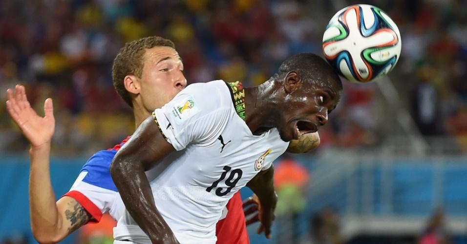 16.jun.2014 - Jonathan Mensah se antecipa a Fabian Johnson e afasta o perigo no jogo entre Gana e EUA