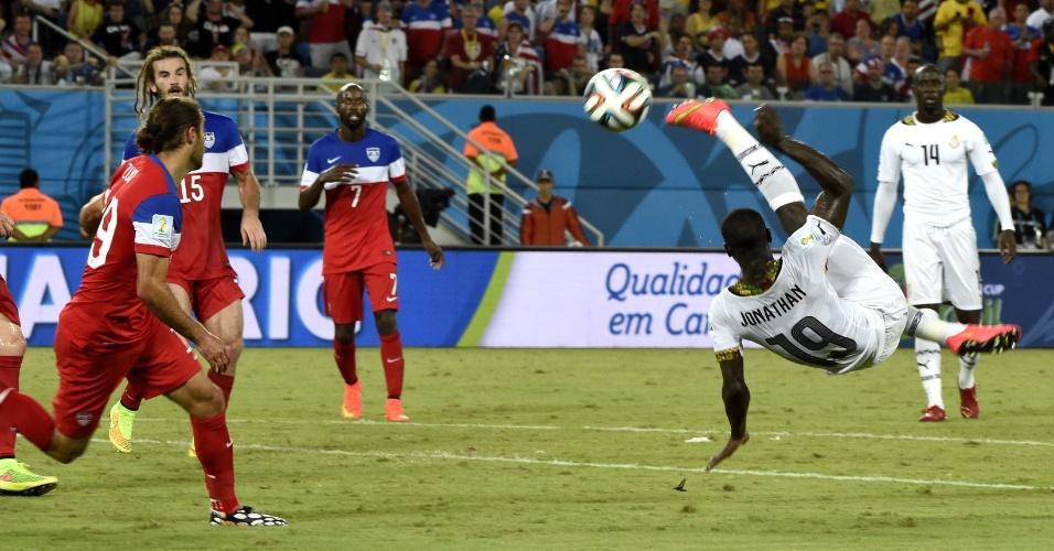 16.jun.2014 - Jonathan Mensah tenta marcar de bicicleta, mas não consegue impedir a derrota de Gana para os EUA