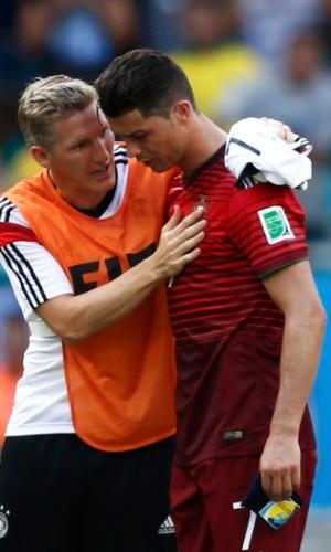 Schweinsteiger consola Cristiano Ronaldo após goleada por 4 a 0 da Alemanha sobre Portugal