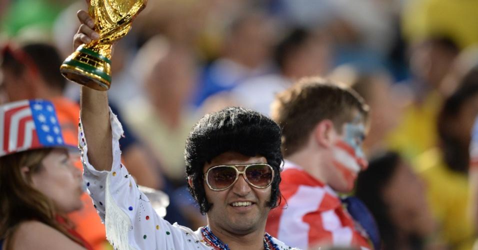 Sósia de Elvis Presley acredita no título dos EUA e carrega réplica da taça da Copa do Mundo na Arena das Dunas