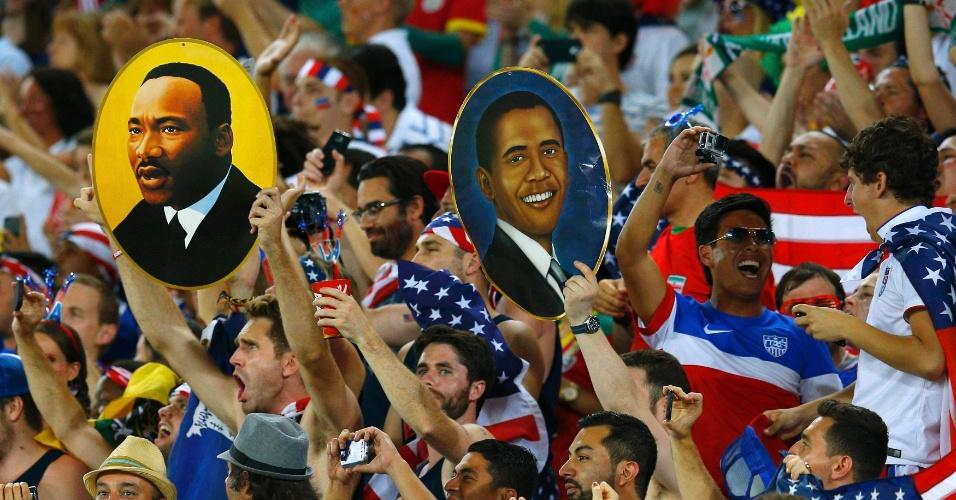 16.jun.2014 - Torcedores dos EUA levam imagens de Martin Luther King Jr e Barack Obama à Arena das Dunas