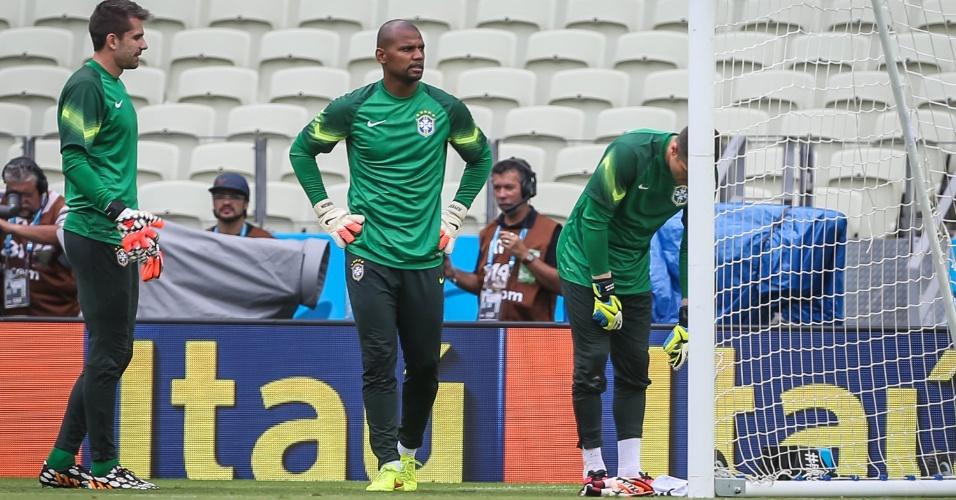Victor, Jefferson e Julio César, os três goleiros do Brasil na Copa, treinam para o segundo jogo no Mundial