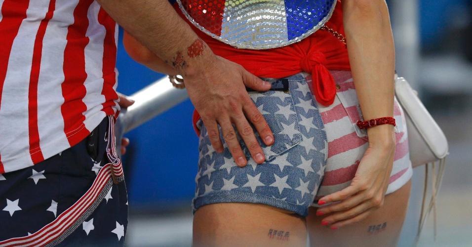 16.jun.2014 - Fotógrafo flagra mão boba de torcedor em norte-americana que foi de shortinho nas cores da bandeira à Arena das Dunas, palco de EUA x Gana pela primeira rodada da Copa