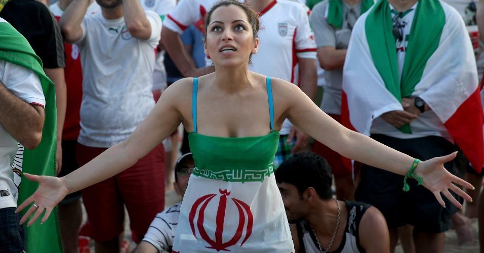 16.jun.2014 - Irã também teve torcida para a estreia contra a Nigéria, como mostra esta apoiadora vibrando em Copacabana