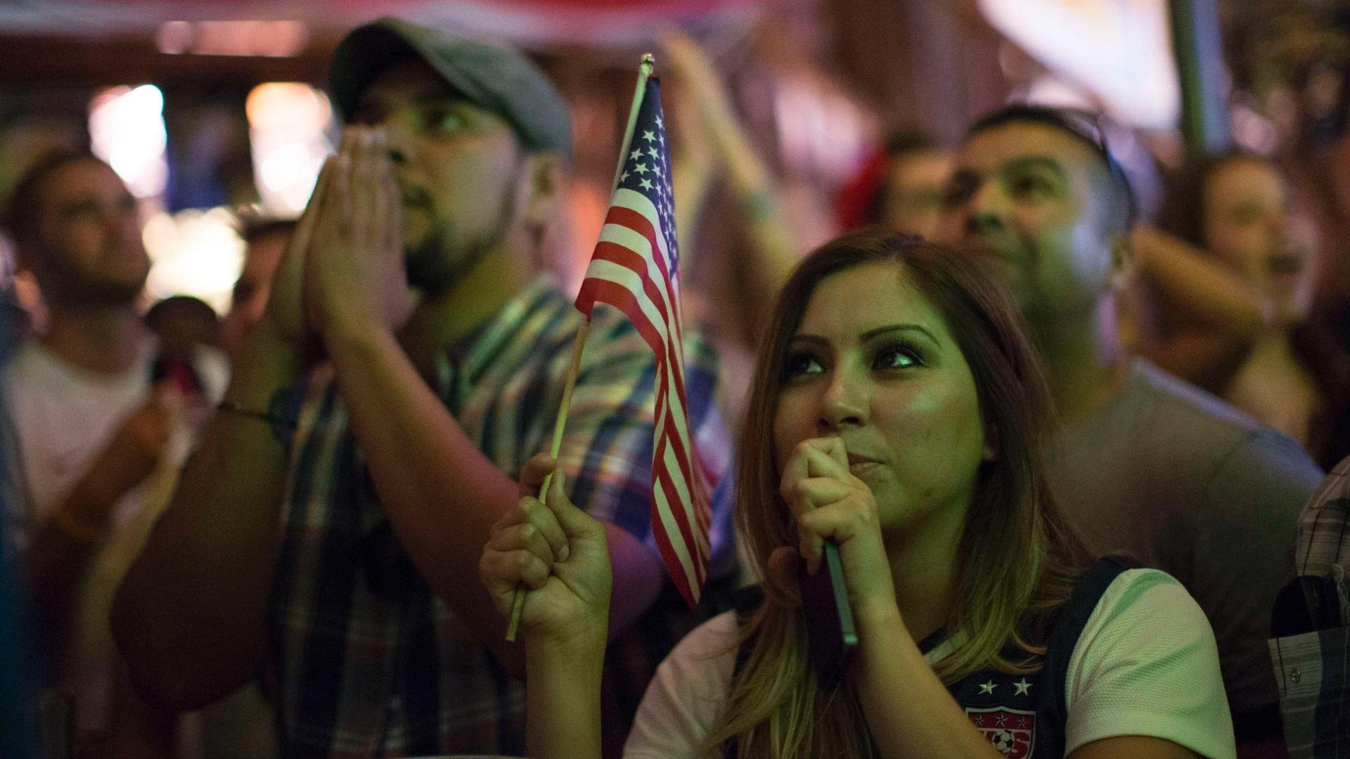 16.jun.2014 - Torcedora mostra empolgação com a estreia dos EUA, assistindo ao jogo na Califórnia