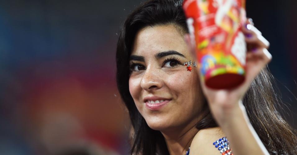 16.jun.2014 - Torcedora mostra seu apoio aos EUA contra Gana