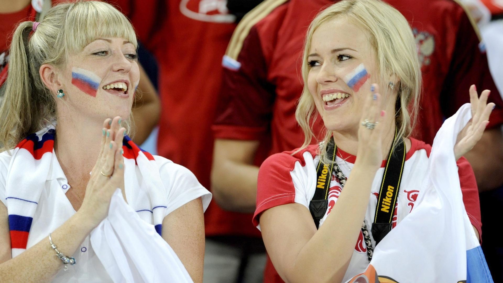 17.jun.2014 - Apesar do fraco primeiro tempo, essas torcedoras russas continuaram empolgadas na Arena Pantanal, em Cuiabá