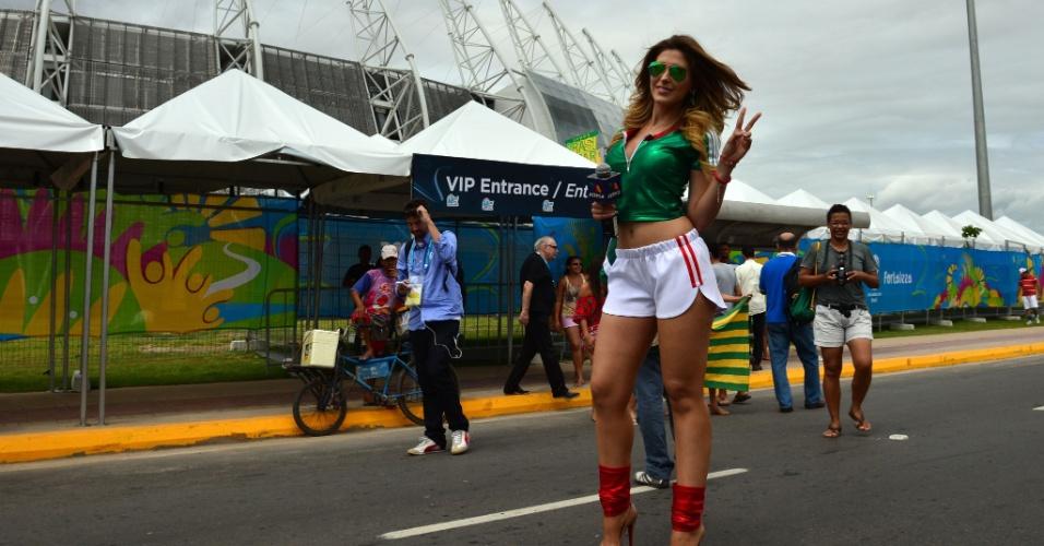 17.jun.2014 - Ela é da TV mexicana, mas não se poupou de mostrar para quem está torcendo em Fortaleza, nesta terça