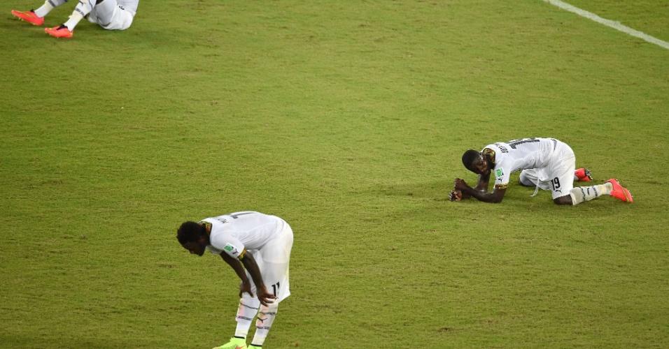 17.jun.2014 - Jogadores de Gana ficam caídos no gramado após a derrota para os Estados Unidos