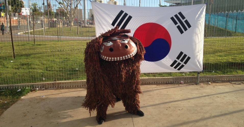 Mascote posa para foto à frente de bandeira da Coreia do Sul