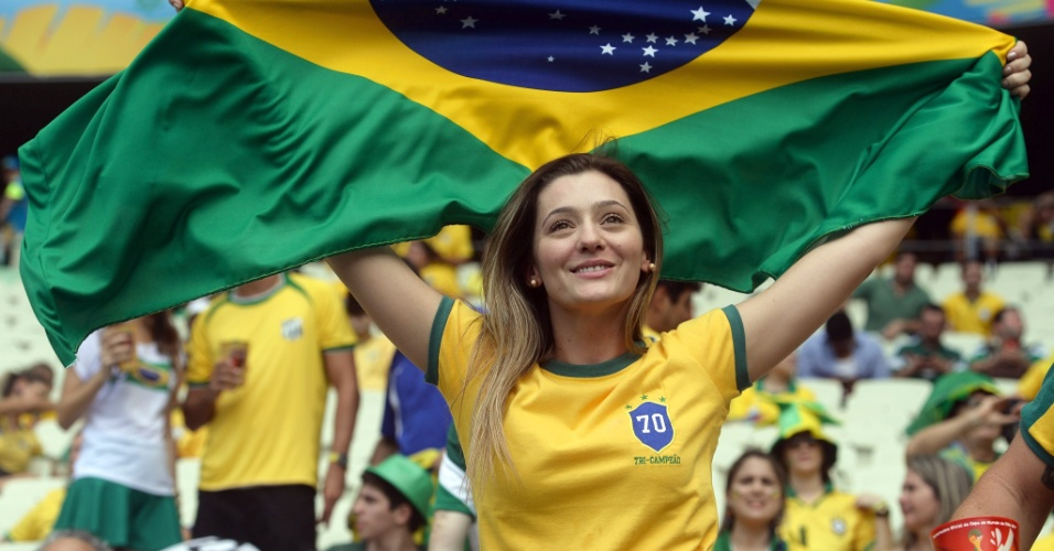 17.jun.2014 - Torcedora aguarda início do segundo jogo do Brasil na Copa, contra o México em Fortaleza