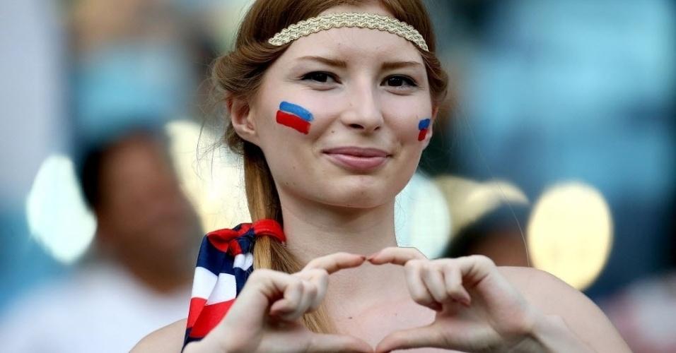 Torcedora russa faz sinal de coração nas arquibancadas da Arena Pantanal