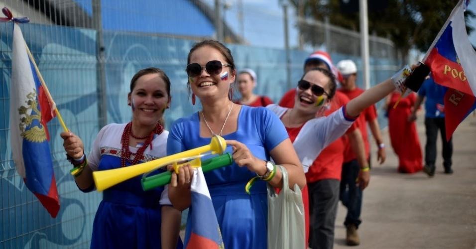 Torcedoras da Rússia fazem a festa antes do início da partida na Arena Pantanal