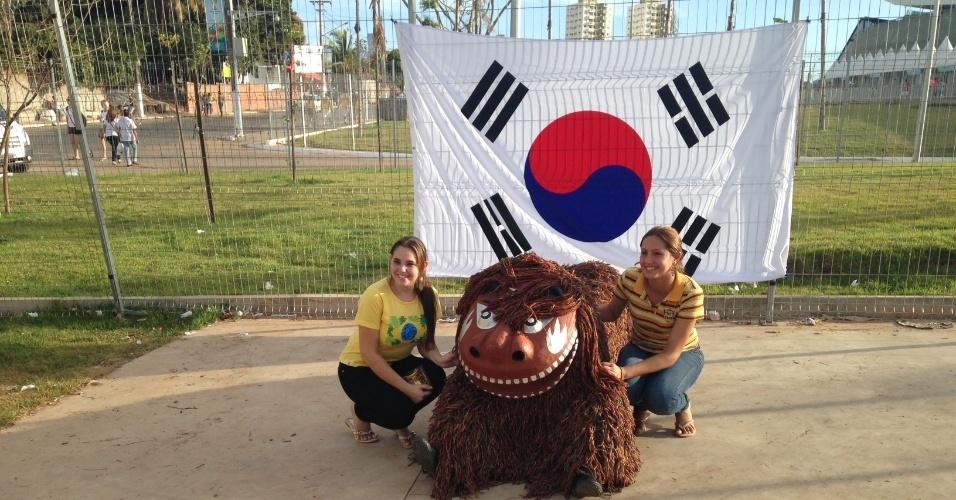 Torcedoras se divertem com mascote antes do início de Rússia x Coreia do Sul, na Arena Pantanal