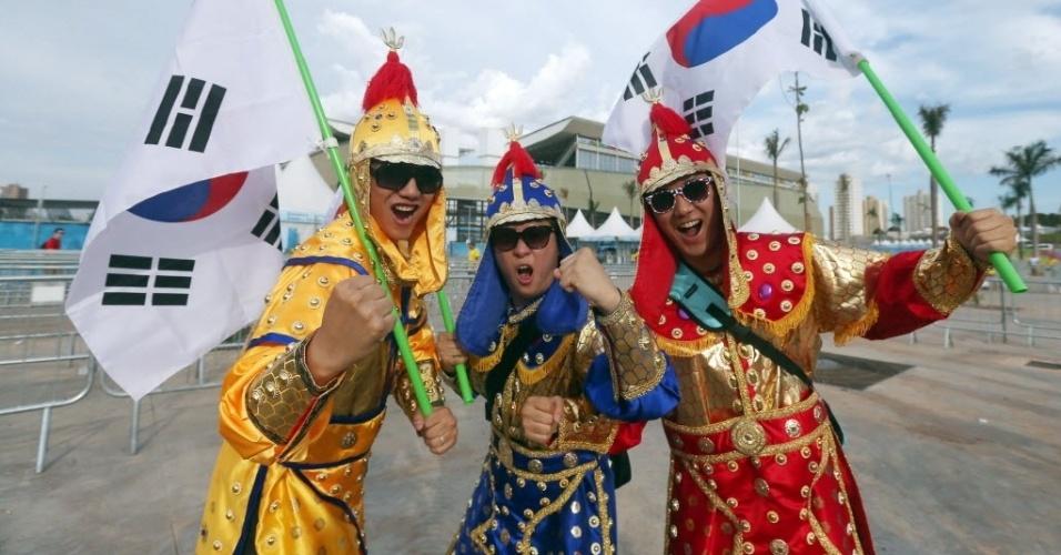 Torcedores da Coreia do Sul capricham na fantasia para ir ao jogo na Arena Pantanal