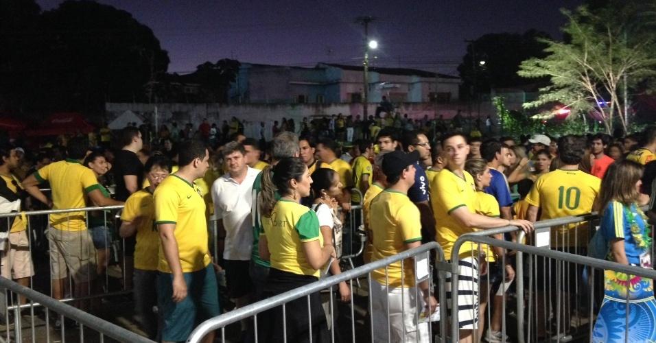 Torcedores encaram enorme fila para entrar na Arena Pantanal, palco do jogo entre Rússia e Coreia do Sul
