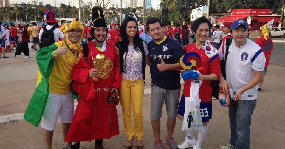 Torcedores tiram fotos antes do jogo entre Coreia do Sul e Russia, em Cuiabá
