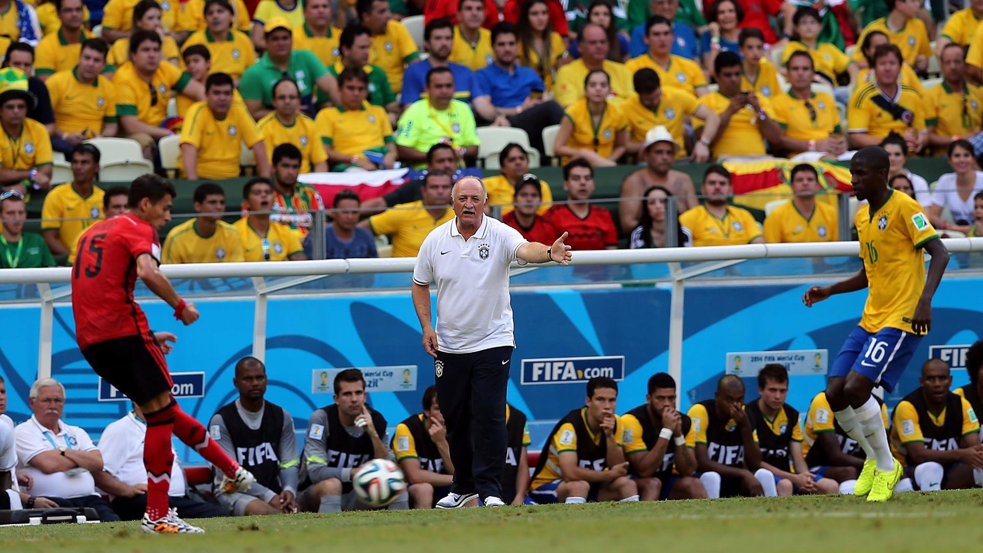 17.jun.2014 - Felipão orienta Ramires na marcação durante o jogo contra o México, no Castelão
