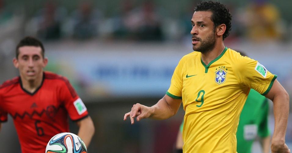 17.jun.2014 - Fred domina a bola e tenta criar jogada para o Brasil contra o México, no Castelão