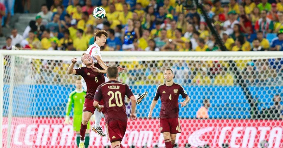 Goleiro Akinfeev observa jogadores de Rússia e Coreia do Sul disputarem bola pelo alto
