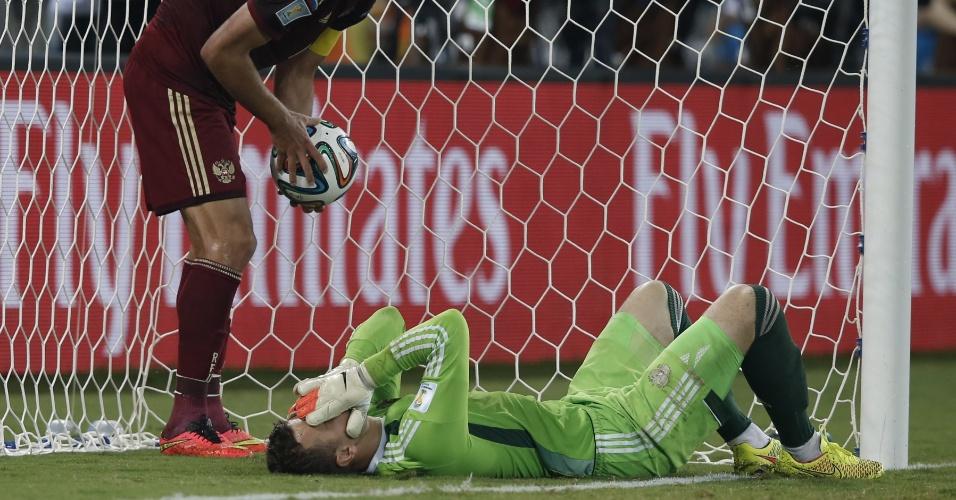 Goleiro russo Igor Akinfeev fica desolado após falhar no gol da Coreia do Sul
