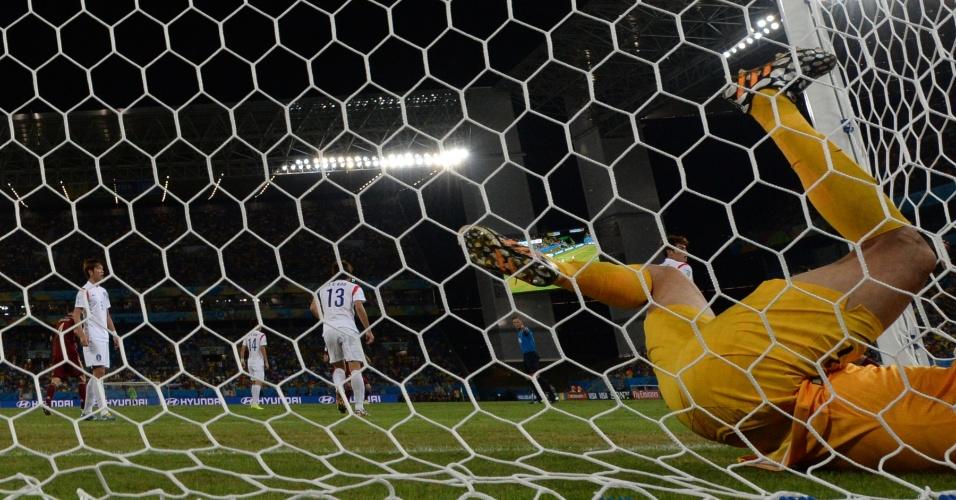 Goleiro Sung-Ryong fica caído dentro do gol após lance no jogo entre Rússia e Coreia do Sul