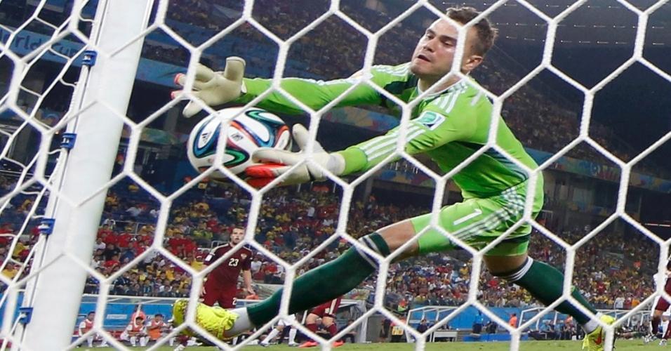 Igor Akinfeev, goleiro da Rússia, solta a bola em lance que resultou no gol da Coreia do Sul