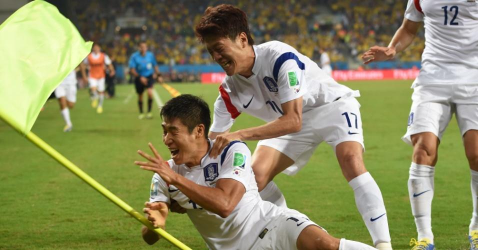 Jogadores da Coreia do Sul vão até a bandeirinha comemorar o gol sobre a Rússia