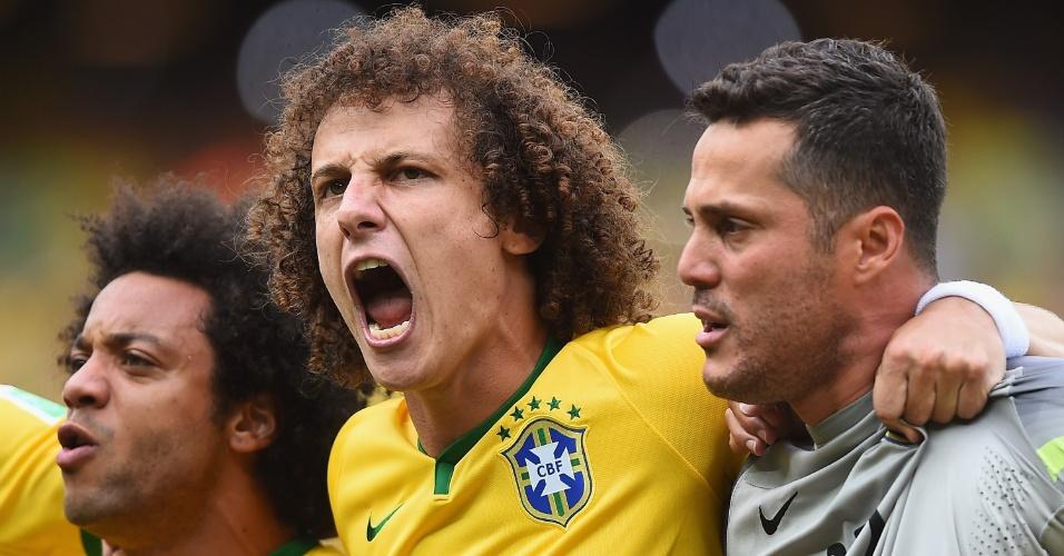 17.jun.2014 - Júlio César, David Luiz e Marcelo se emocionam com a execução do hino brasileiro no Castelão