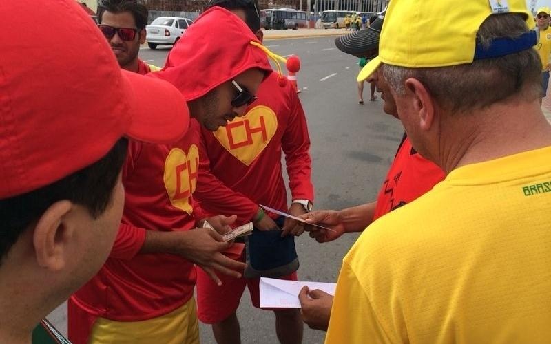 Mexicano paga US$ 1700 por dois ingressos da categoria 3 do Castelão, em negociação fechada na frente do Castelão