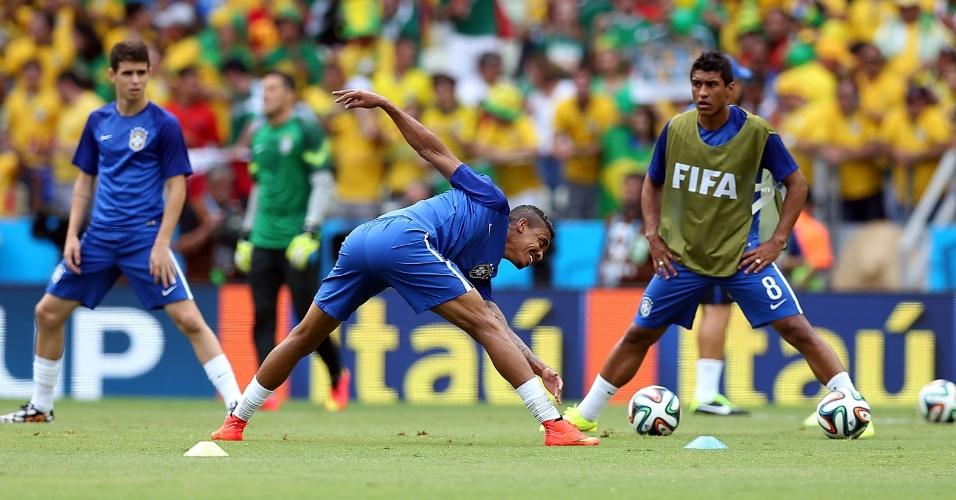 17.jun.2014 - Oscar, Luiz Gustavo e Paulinho se aquecem no gramado do Castelão antes do jogo contra o México