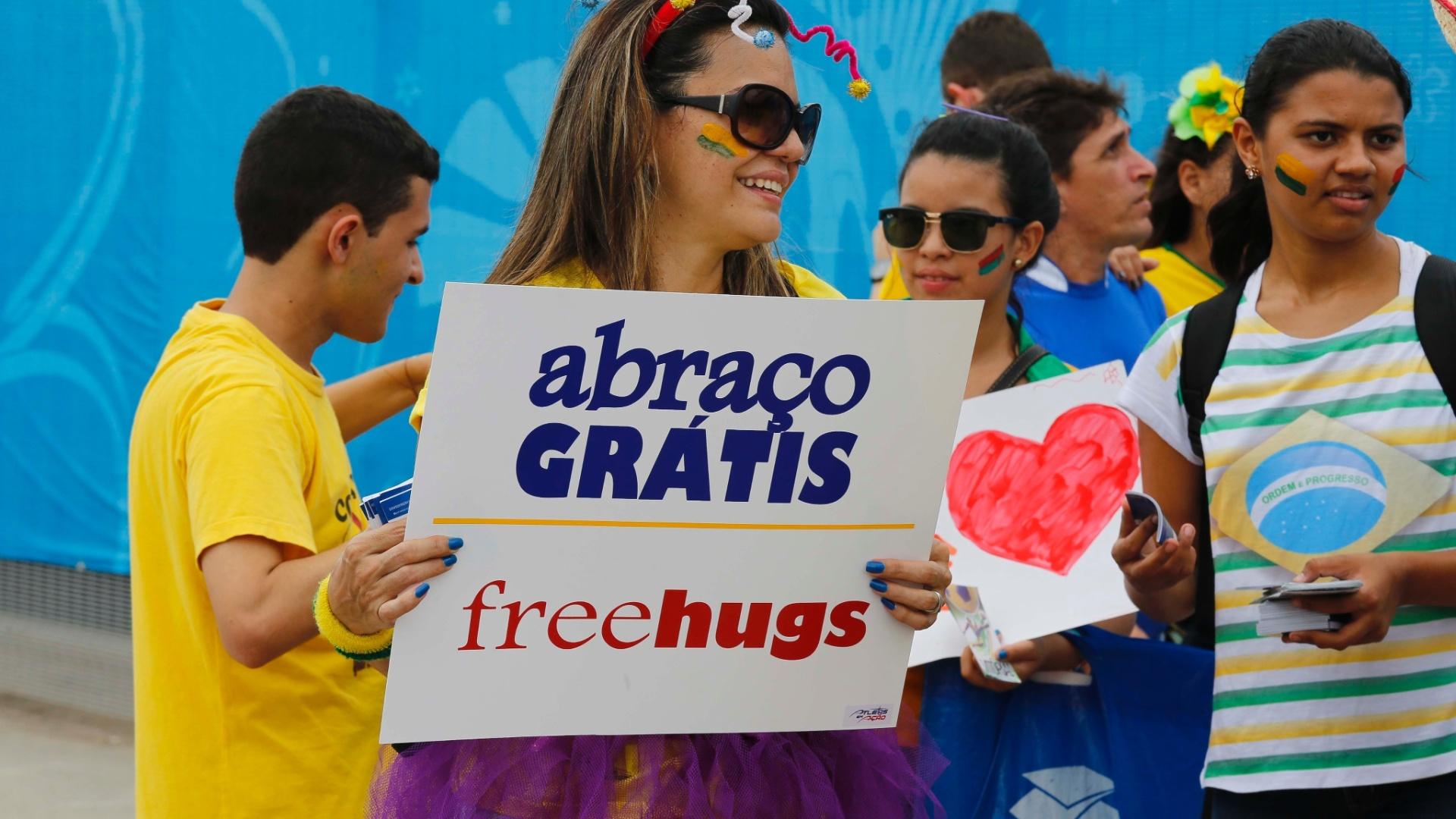 Quem chega ao Castelão e desembolsou um bom dinheiro pelos ingressos pode ao menos conseguir algo de graça: um abraço.