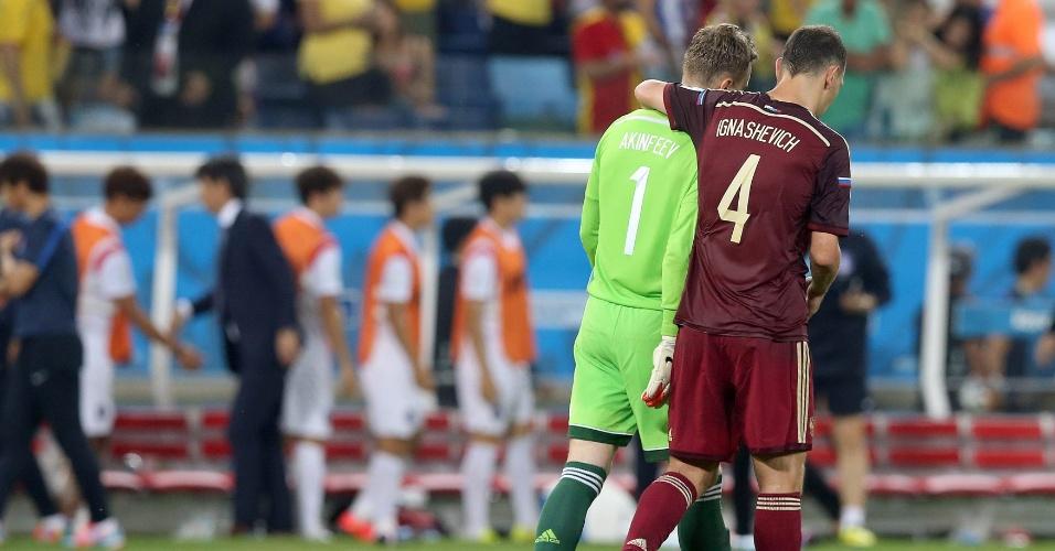 Sergei Ignashevich consola o goleiro Igor Akinfeev, que falhou no gol da Coreia do Sul