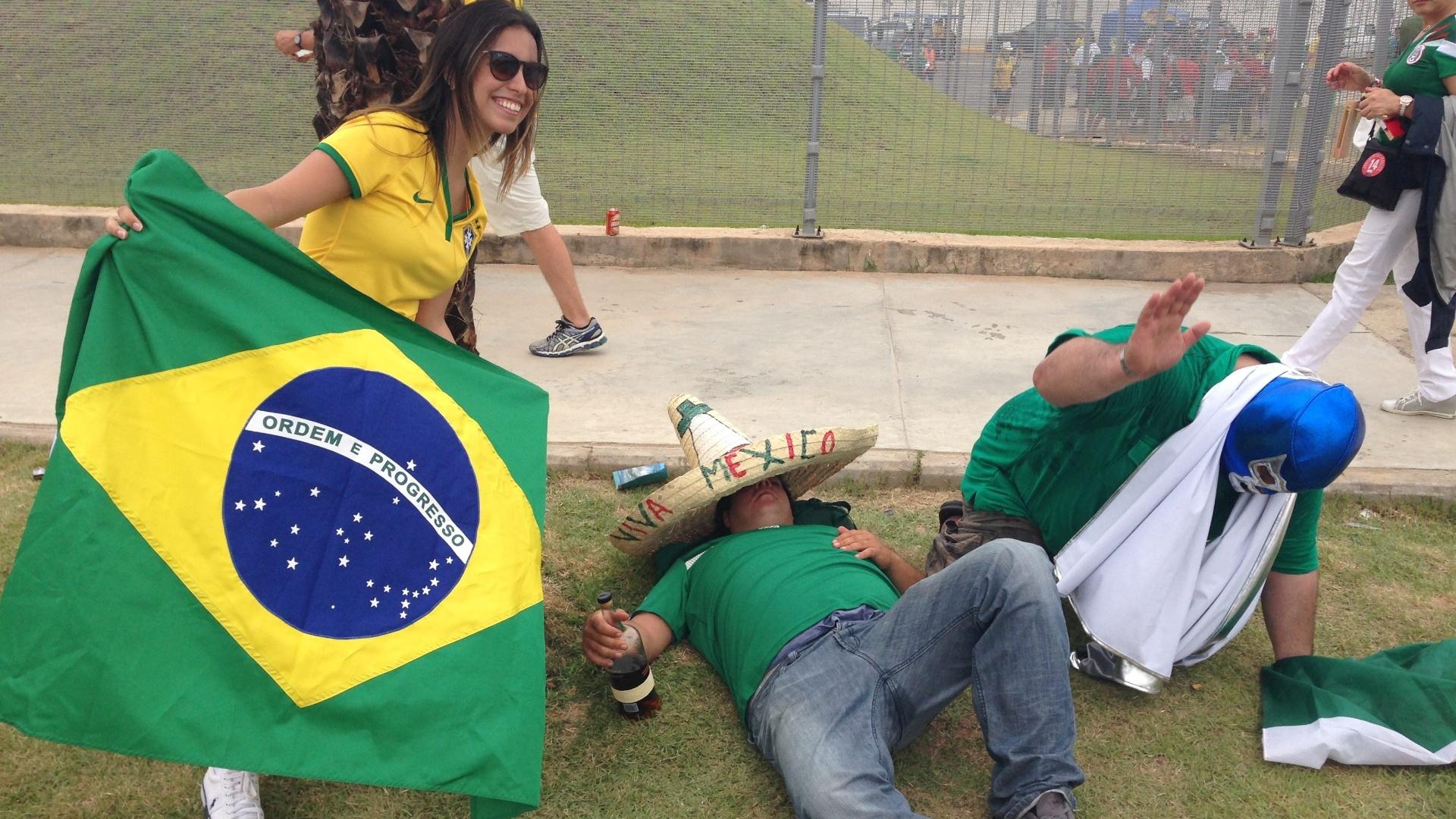 Torcedor mexicano Alberto Audifrey apaga com garrafa de rum nas imediações do Castelão, com brasileiros aproveitando para tirar foto