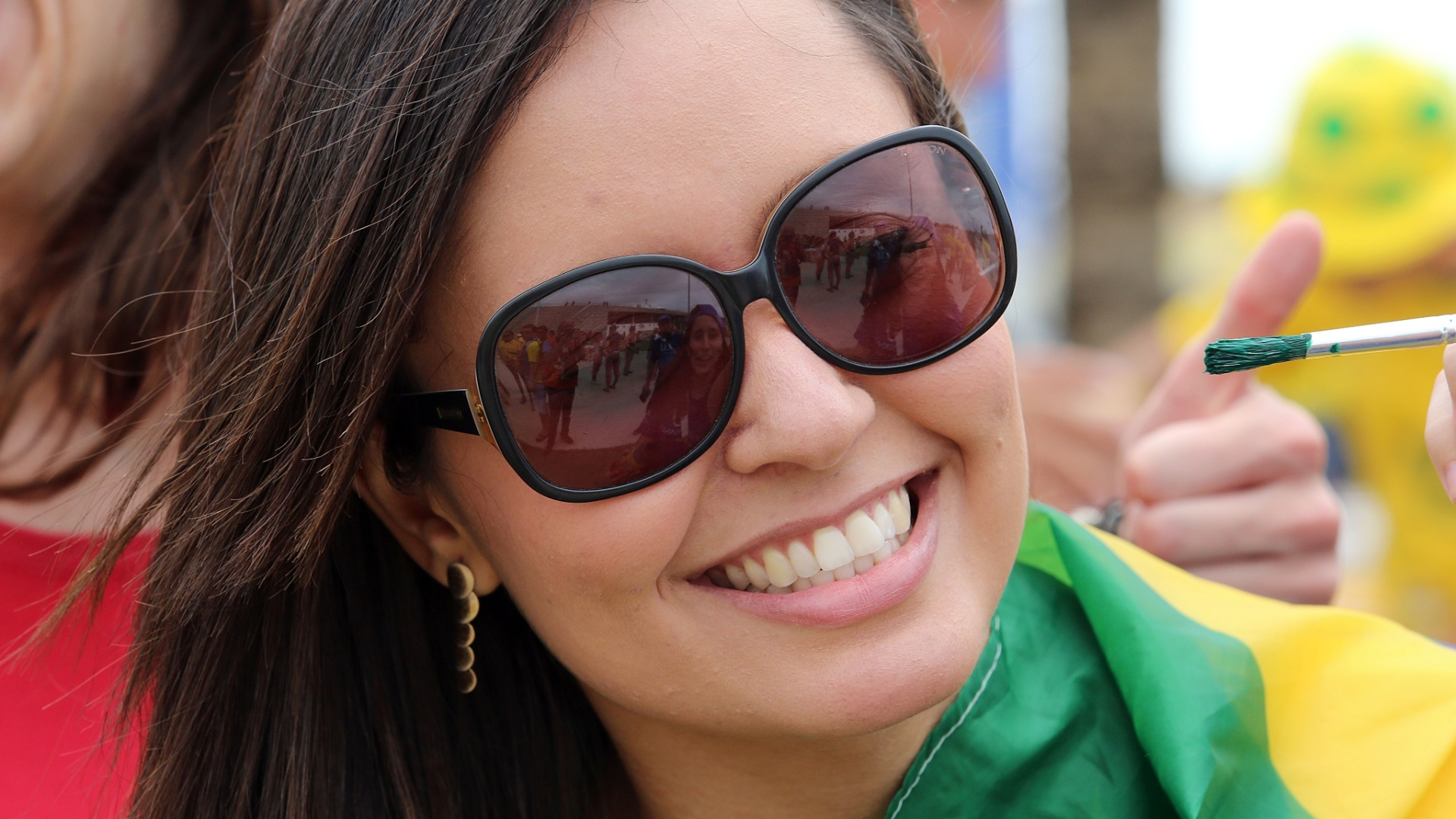 Torcedora aguarda início do segundo jogo do Brasil na Copa, contra o México em Fortaleza