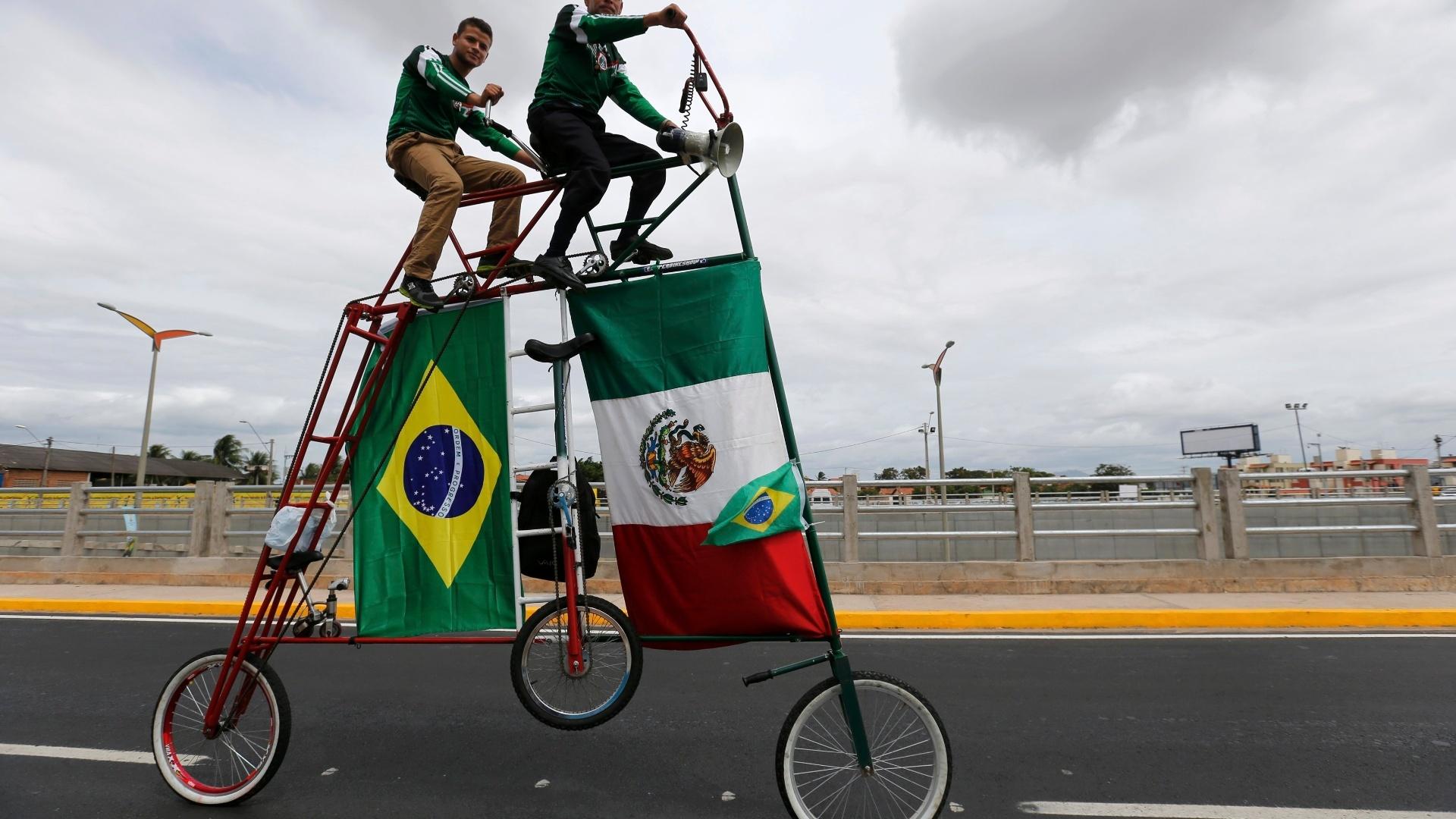 Uma bicicleta nada convencional apareceu nos arredores do Castelão, horas antes de o Brasil entrar em campo para entrar no México