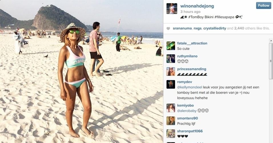 Winonah De Jong, mulher do volante holandês De Jong, aproveita praia de Copacabana