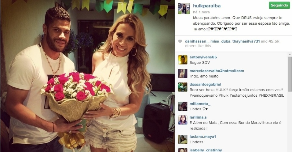 18. jun. 2014 - Hulk se encontra com namorada na folga da seleção e a presenteia com buquê de flores