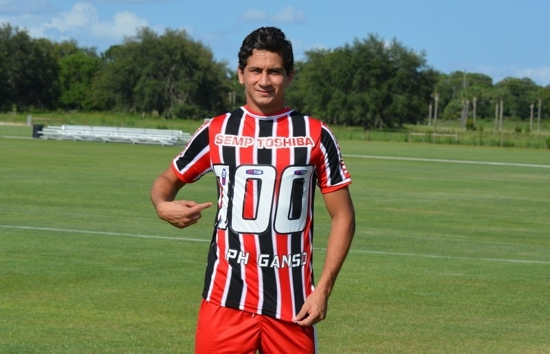 18 jun. 2014 - Paulo Henrique Ganso ganha camisa especial antes de completar 100 jogos pelo São Paulo