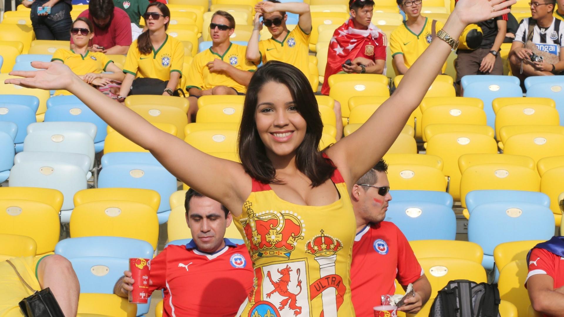 18.jun.2014 - Antes do jogo contra o Chile, esta bela torcedora da Espanha era só sorrisos no Maracanã