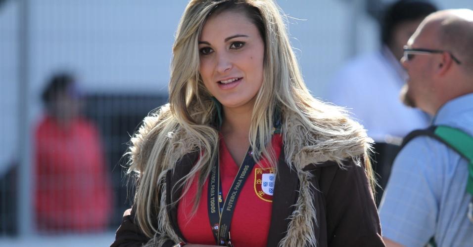 18.jun.2014 - Apresentadora Andressa Urach foi retirada da beira do gramado e teve que devolver a sua credencial durante o treino aberto da seleção de Portugal, no Moisés Lucarelli, em Campinas