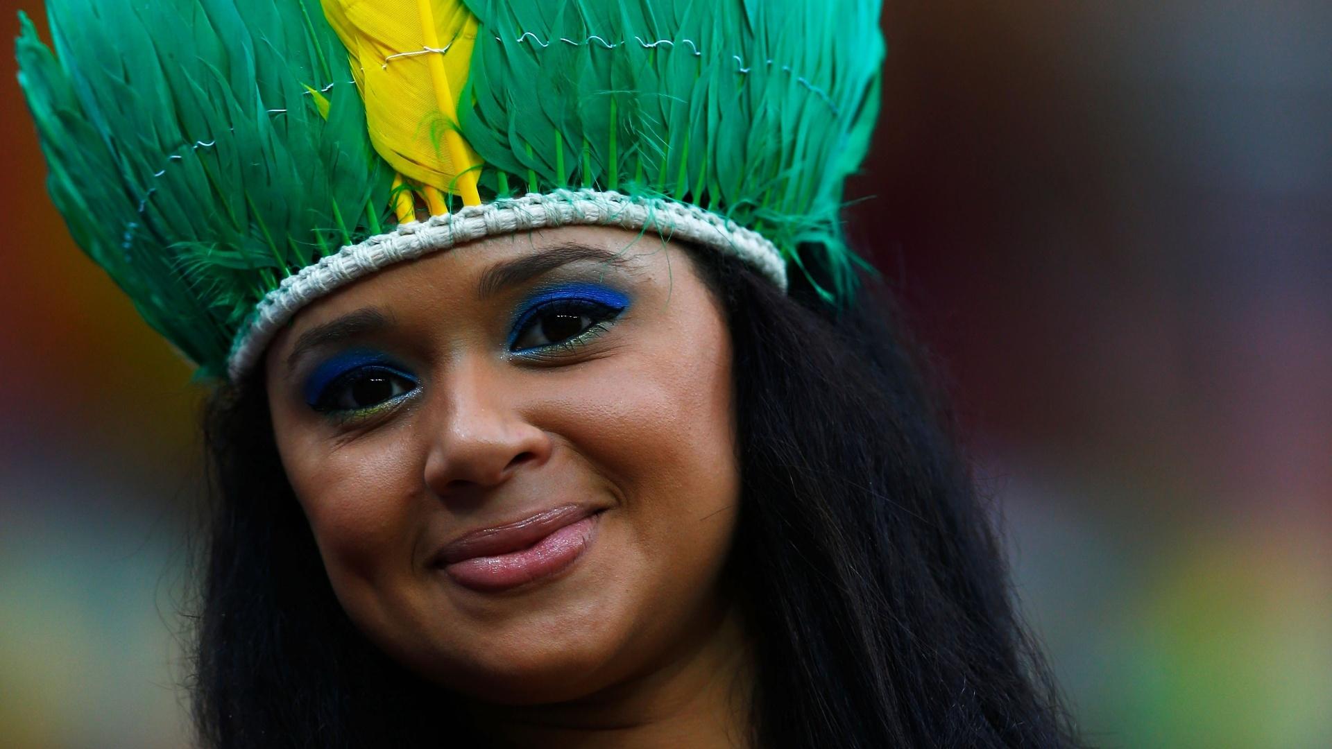 18.jun.2014 - O jogo entre Croácia e Camarões é em Manaus, e para fazer bonito a bela torcedora escolheu um cocar como acessório
