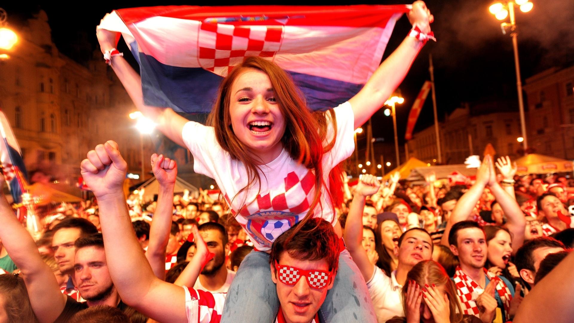 18.jun.2014 - Torcedora comemora vitória da Croácia sobre Camarões na praça principal da capital Zagreb