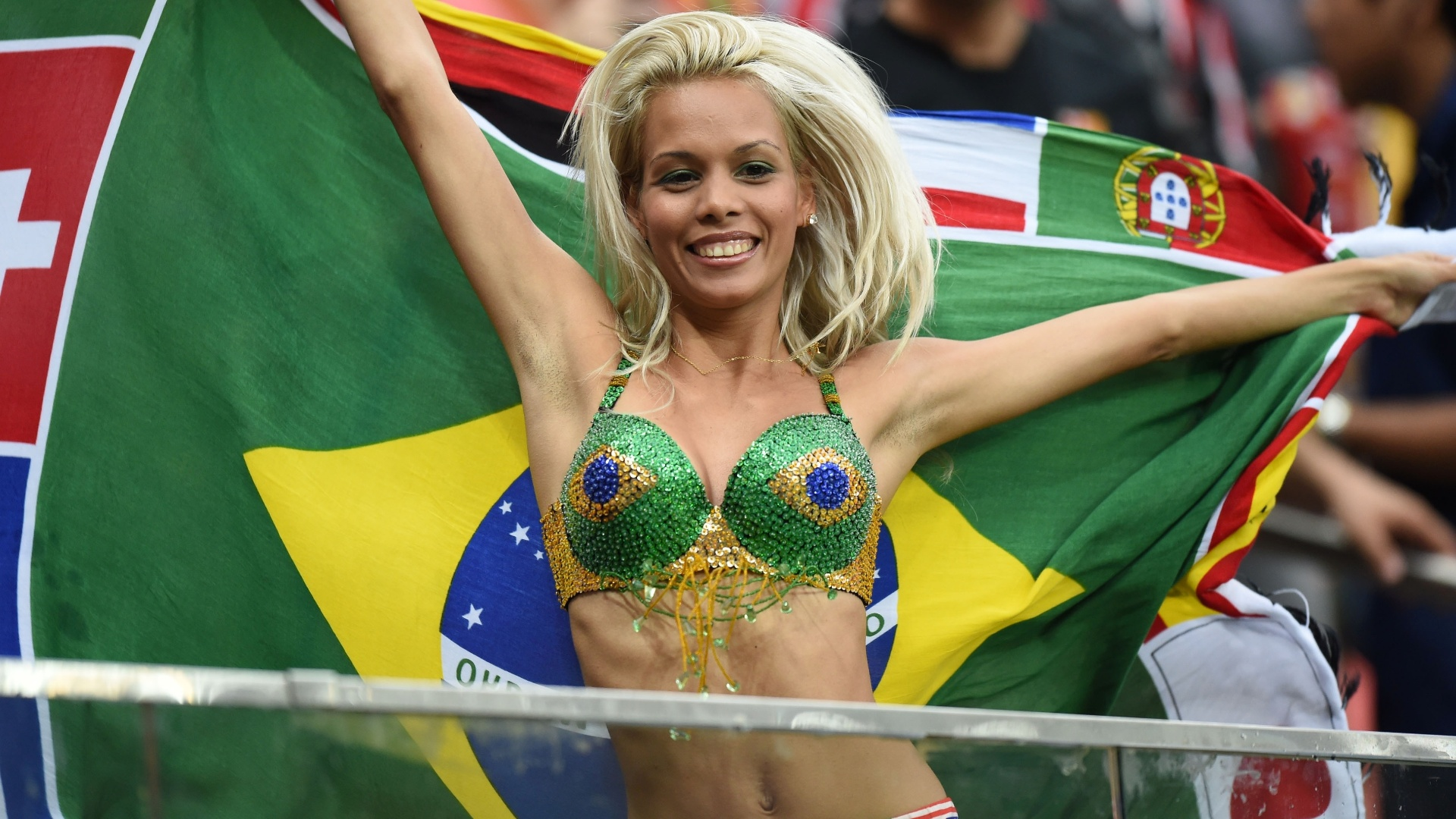 18.jun.2014 - Torcedora posa com bandeiras de vários países durante jogo entre Croácia e Camarões, em Manaus