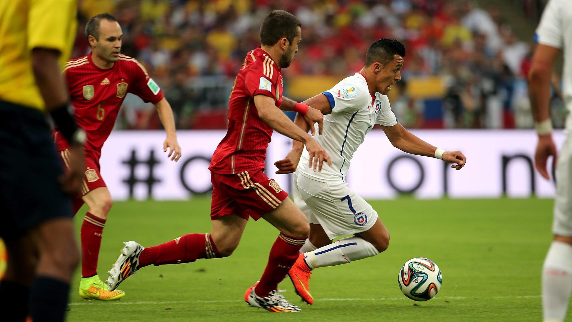Alexis Sánchez tenta escapar da marcação de Alba no jogo do Chile contra a Espanha, no Maracanã