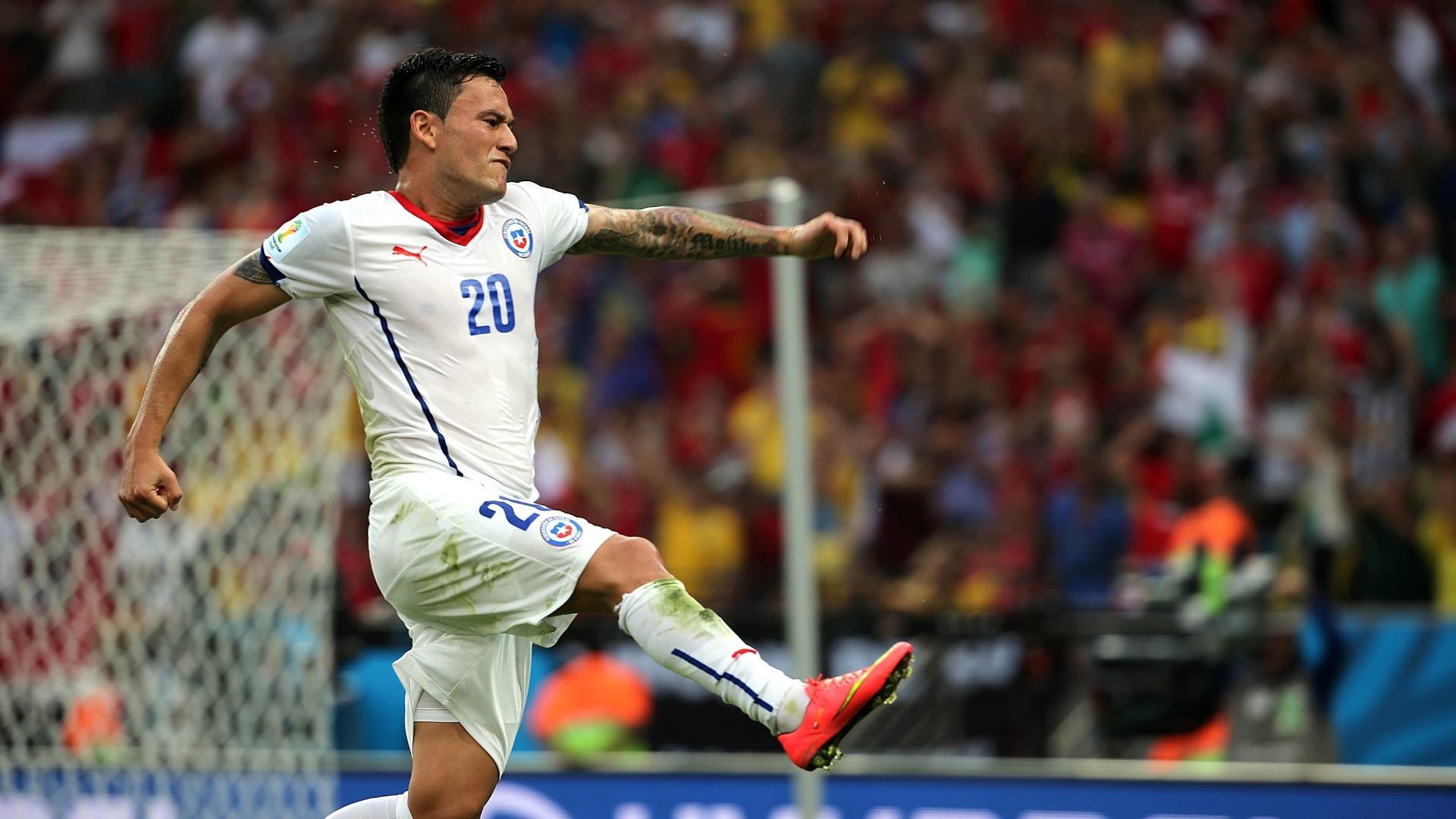 Aránguiz dá soco no ar após fazer o segundo do Chile contra a Espanha no Maracanã